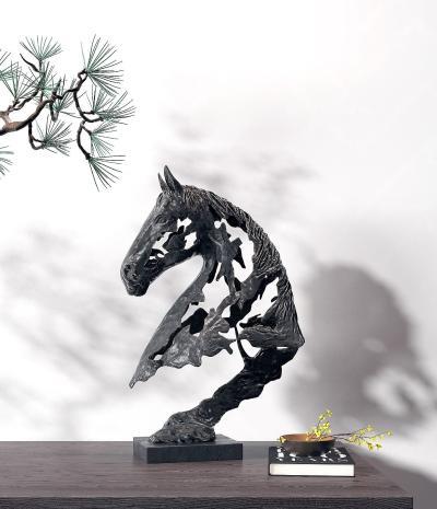 现代马头雕塑